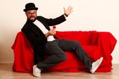 Auch der Clown hat sichtlich Spaß auf der Couch
