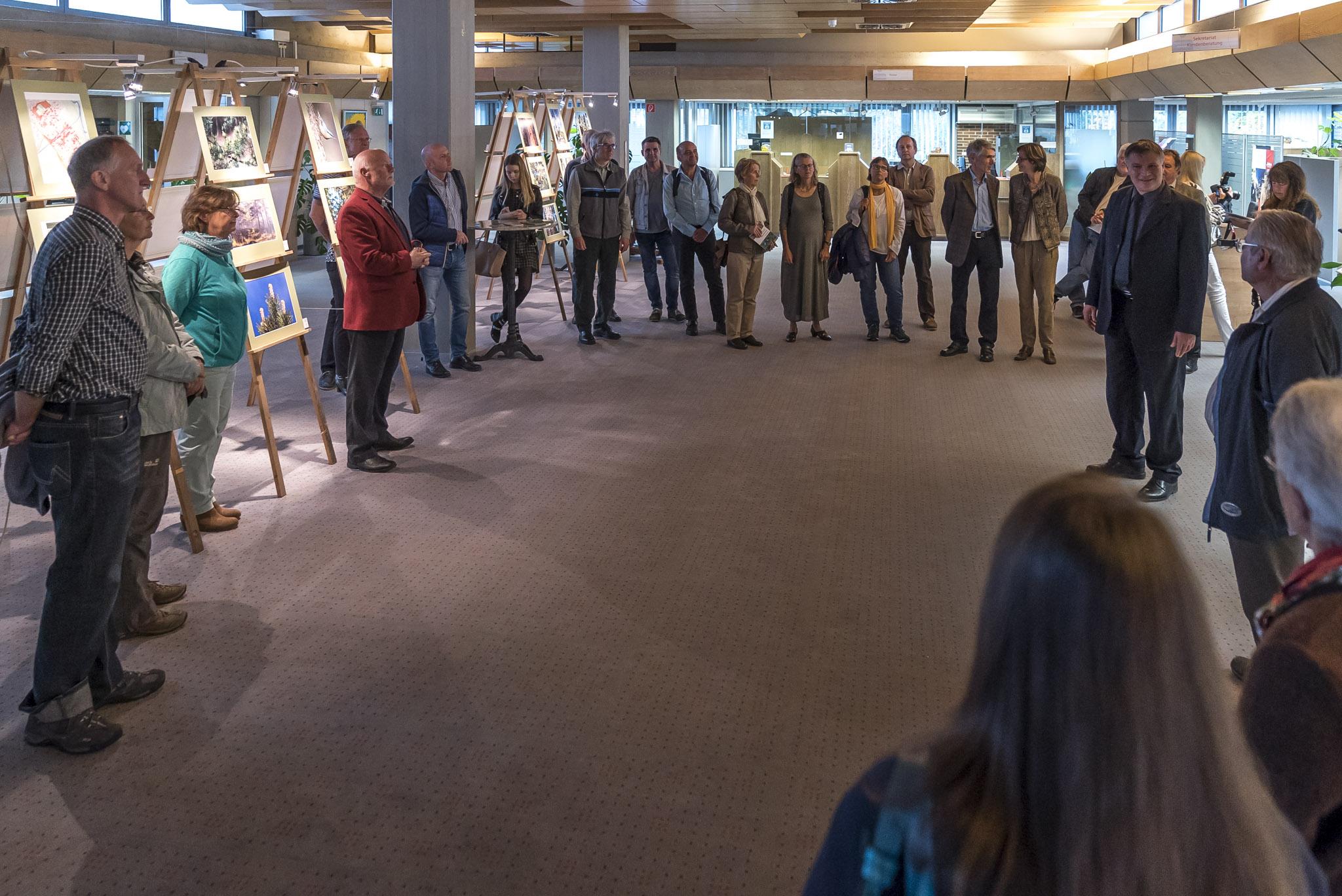 Eröffnung der Föhren-Ausstellung in der Stadtsparkasse Bad Tölz-Wolfratshausen an der Sauerlacher Straße