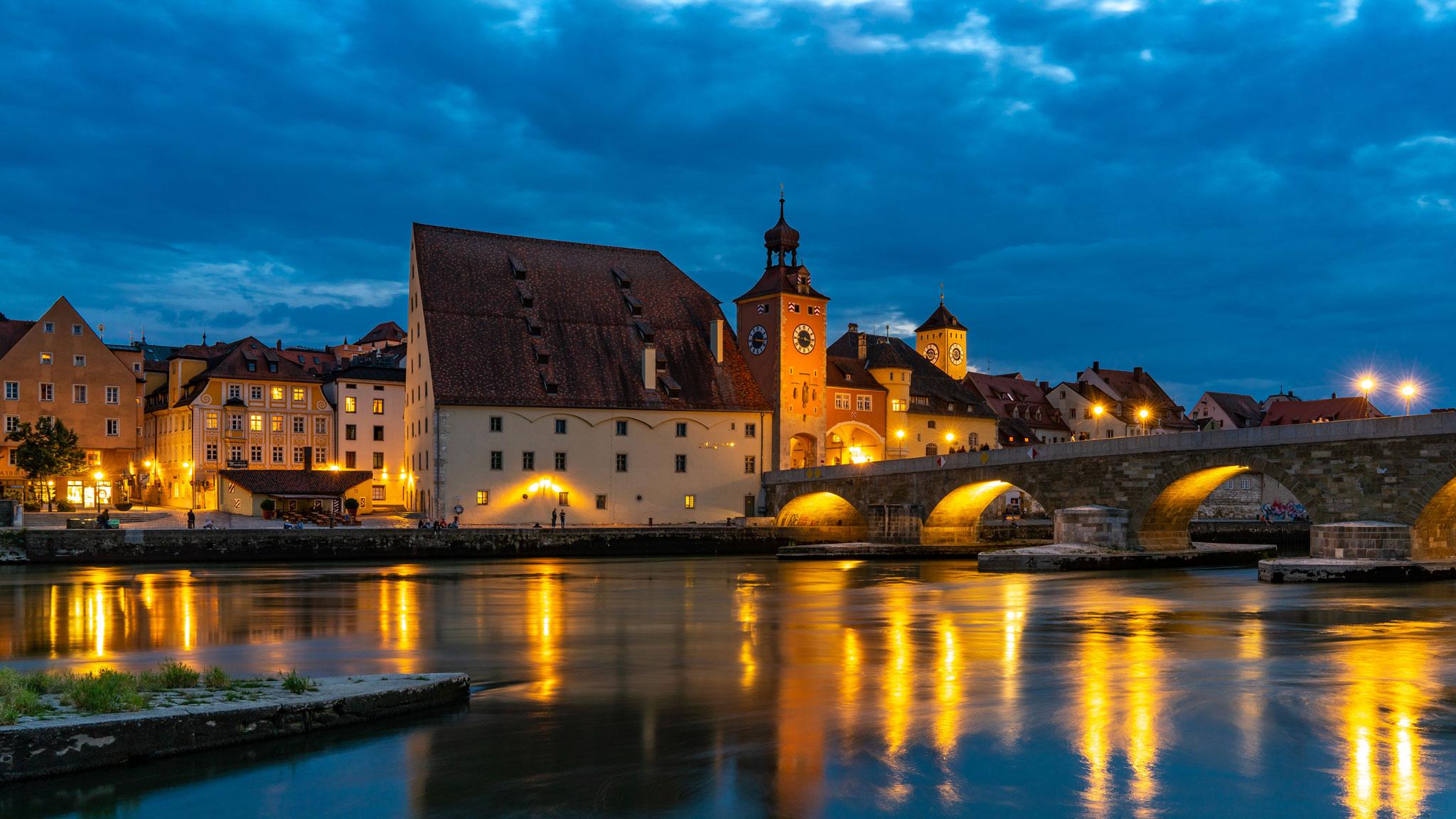 Salzstadel und Steinerne Brücke bei Nacht (Foto: Sandra Ilmberger)