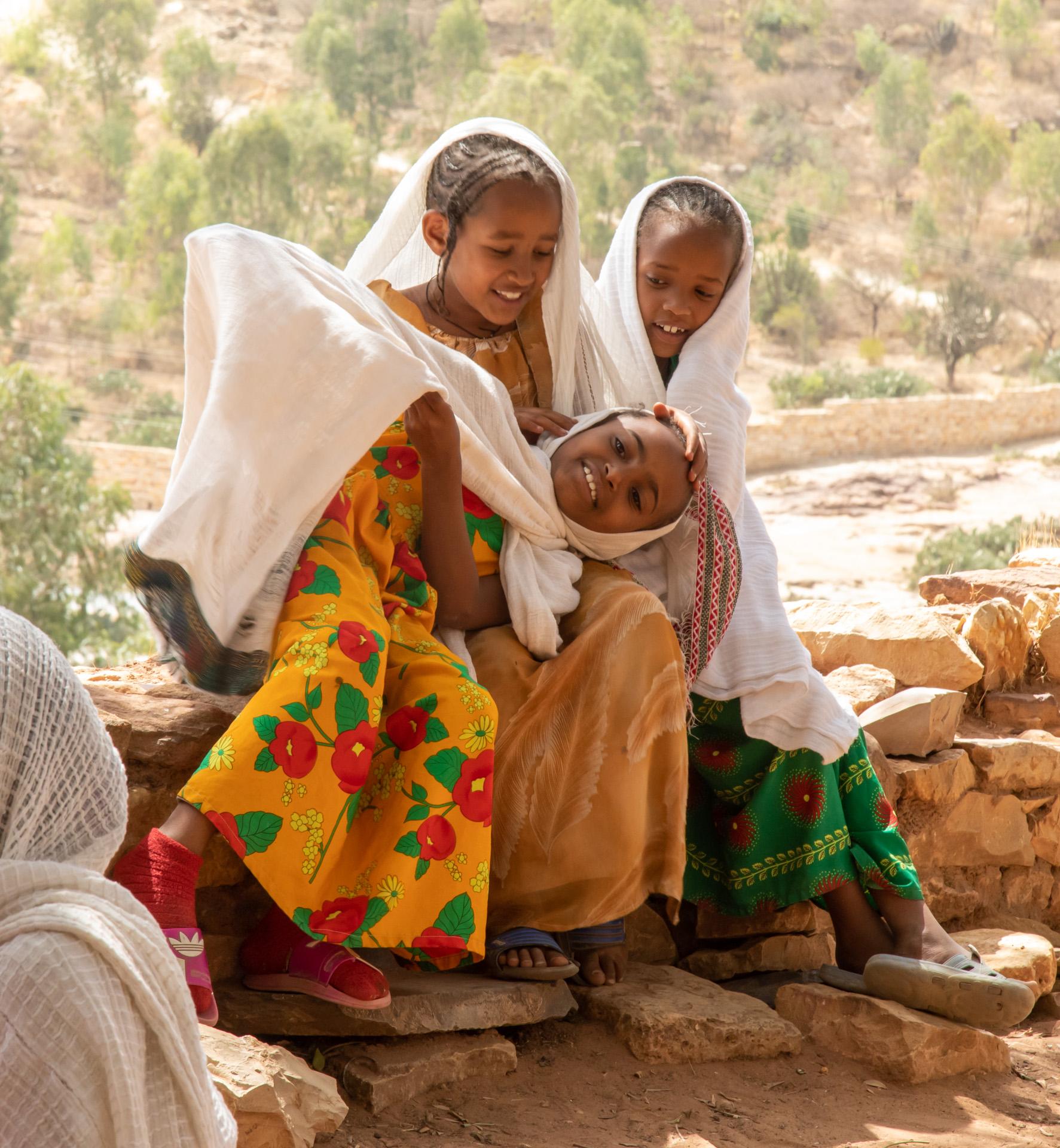Kinder beim Spielen vor einer Kirche (Foto: Peter Schreyer)
