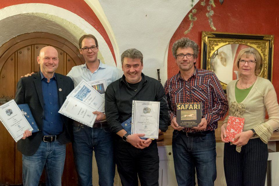 Die Fotografen des Jahres 2017 mit Thomas Hirschmann (links) auf dem ersten Platz, gefolgt von Andy Ilmberger (mittig) auf Platz 2 und Niklas Neubauer (halblinks) auf Platz 3. Peter Schreyer (halbrechts) und Pia Mihailowitsch (rechts) belegten die Ränge 4 und 5