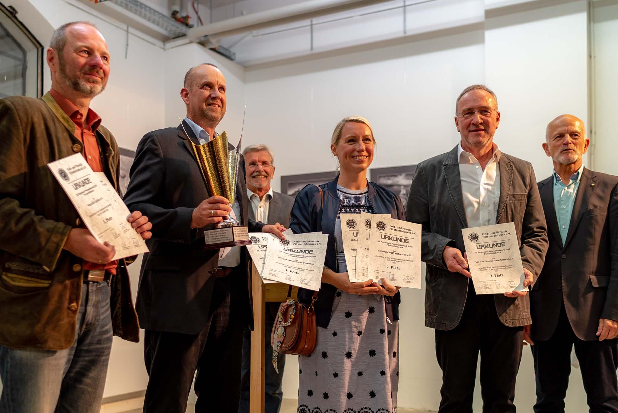 Siegerbild nach der Ehrung beim Regio 2018 in Fürstenfeldbruck - mittig im blauen Kleid: die First Lady vom Fotoclub Wolfratshausen mit den Siegerurkunden.