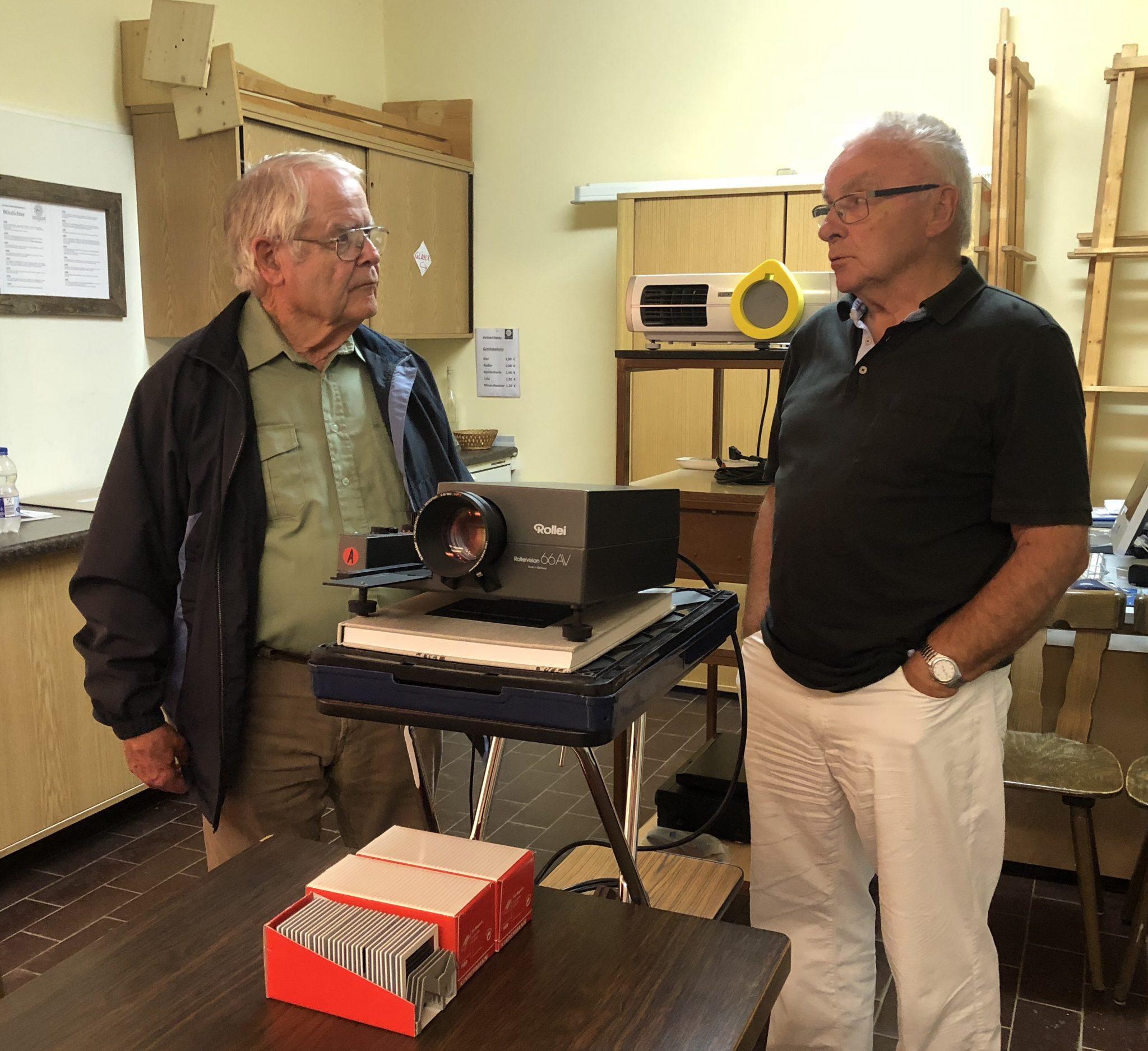Hans Werner und Manfred Kersten unterhalten sich bei einem 6x6-Projektor über die gute alte Zeit... und darüber, was nicht so toll war.