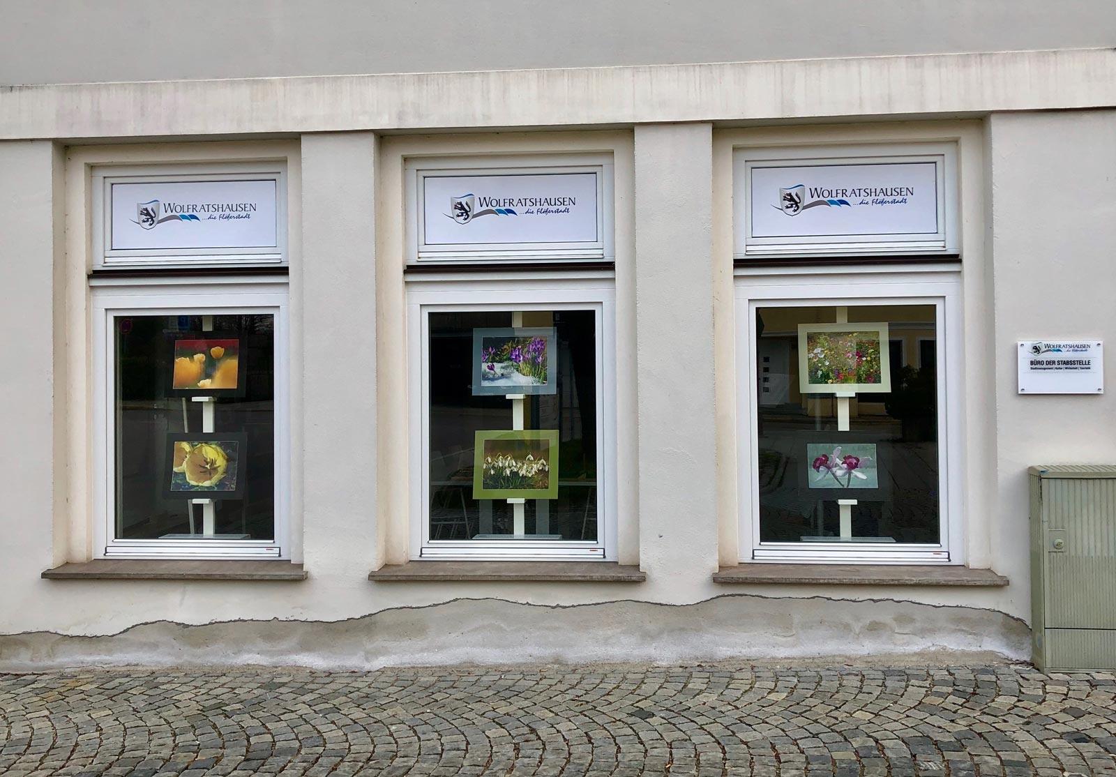 Schaufenster im Boodevaar-Turm Wolfratshausen mit Bildern des Fotoclubs Wolfratshausen.
