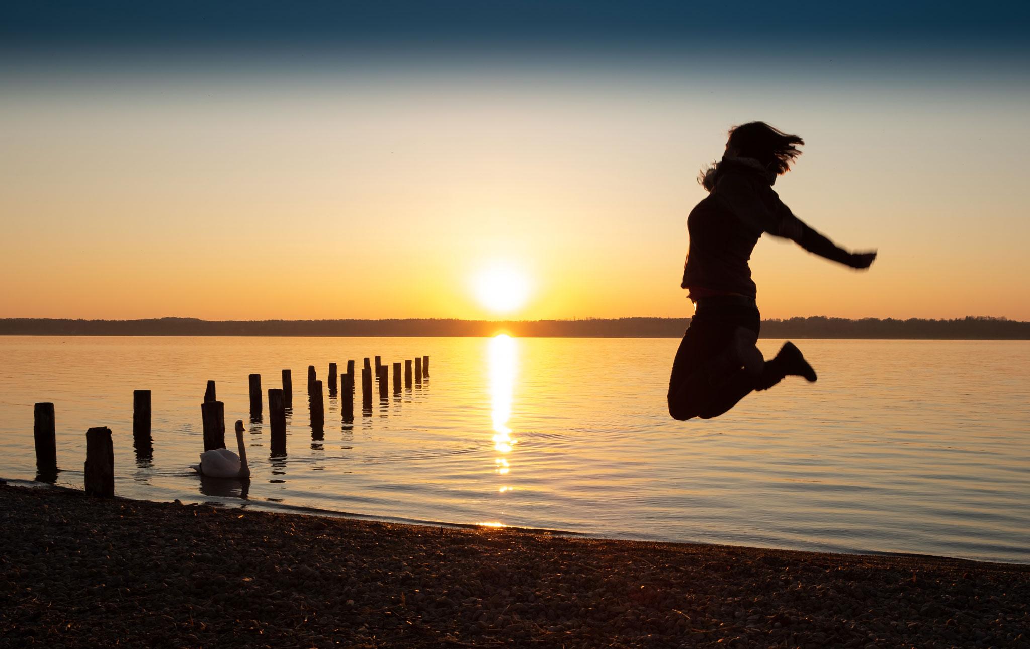 Freudensprung im Sonnenuntergang von Helga Orterer